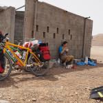 oman per bike: kein restaurant/shop weit und breit ... also nudelsuppe im schatten