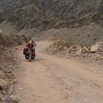 oman per bike: extrem steile pisten richtung wadi a'sathan