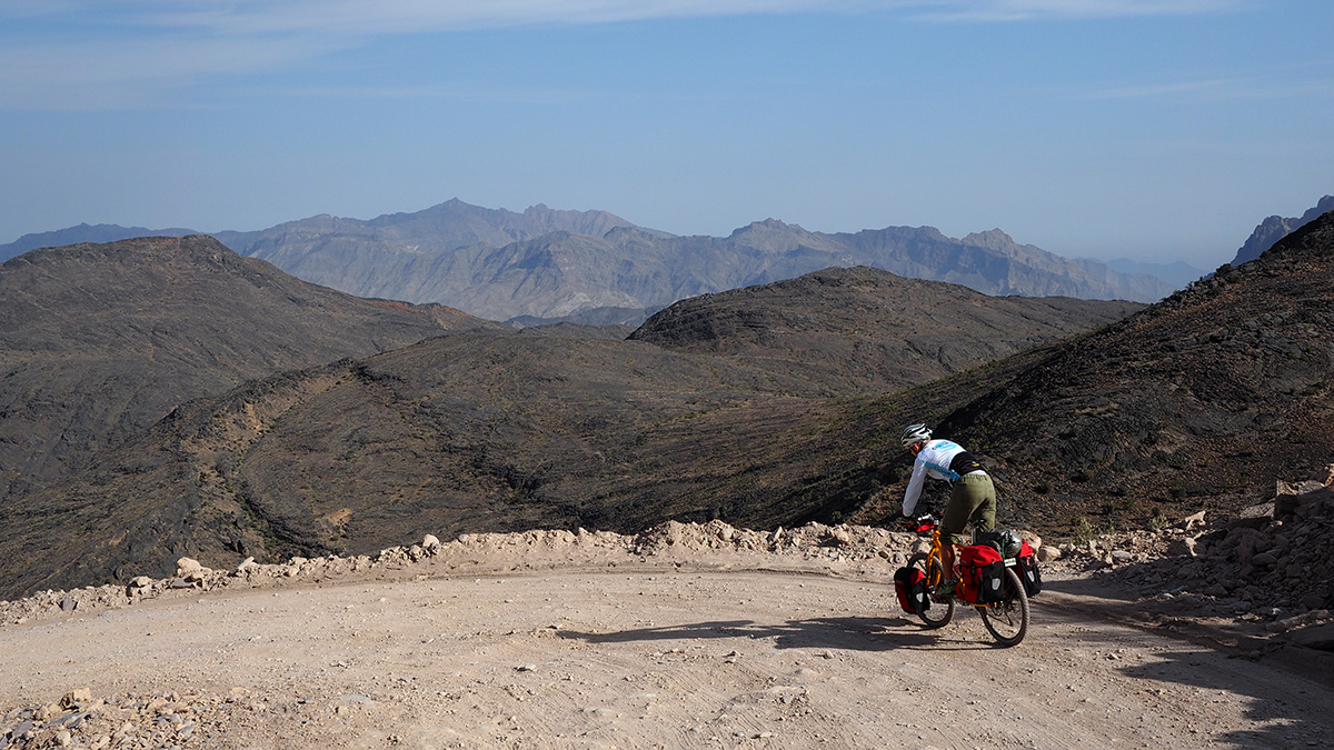 oman per bike: abfahrt richtung wadi bani awf und wadi a'sathan
