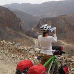 oman per bike: blick zurück auf unsere piste; am weg ins wadi a'sathan