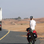 radreise oman: von dubai auf der autobahn nach al ain - seitenstreifen adé
