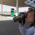 radreise oman 2015 - cafe stopp und benzin kaufen bei tankstelle