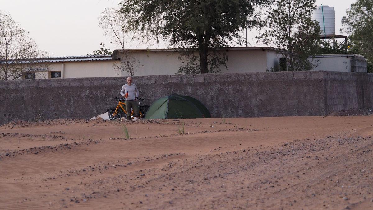 unser erster Zeltplatz im Windschutz einer Mauer - definitiv kein Highlight :)