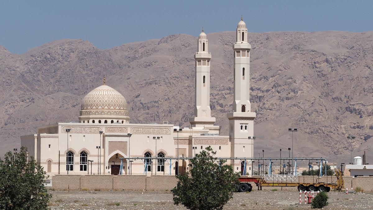 die Moschee von Dhank vor den gewaltigen Felswänden des Hadschar-Gebirges