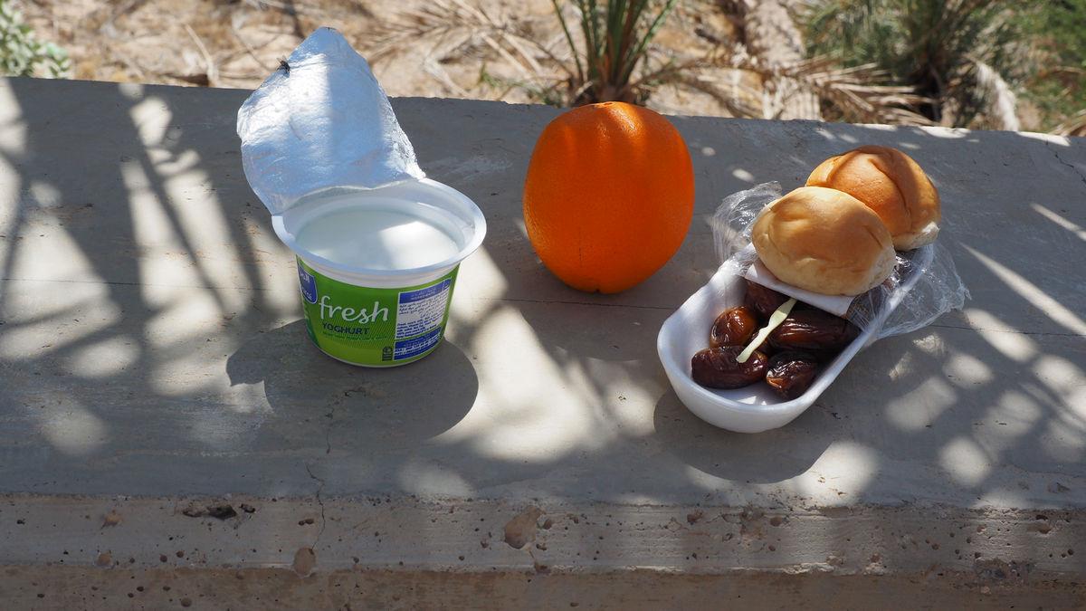 Essenspause am Straßenrand