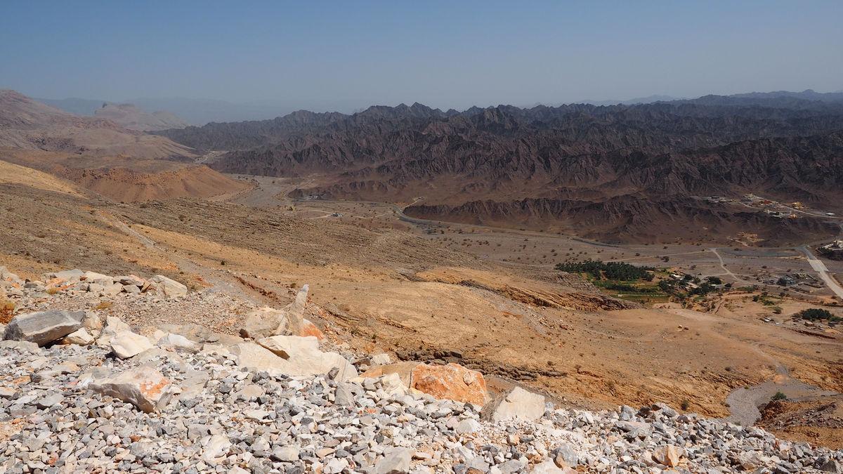 unsere Straße nach Al Hamra führt genau zwischen den 2 Gesteinsformen