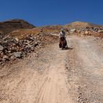 am Foto sieht man nicht wie steil und tief die Schotterpiste ins Wadi Al Ala' ist
