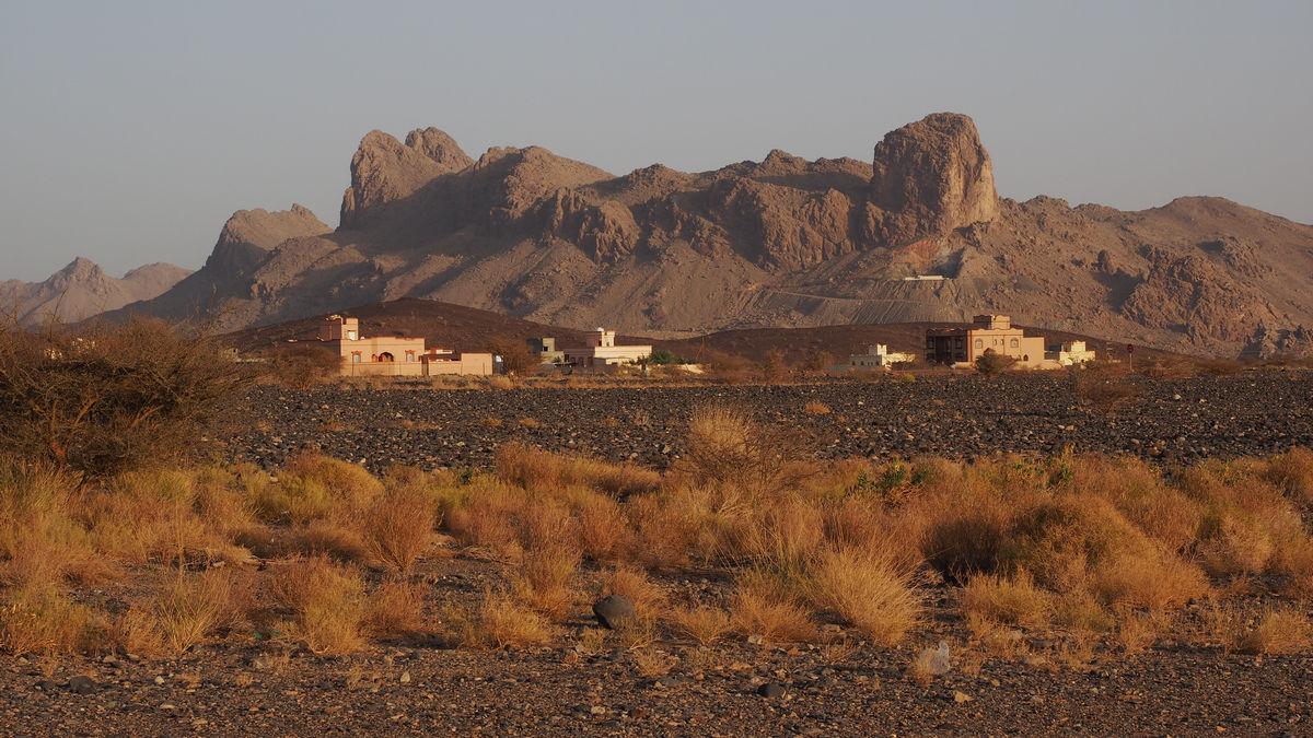 Blick aus dem Zelt auf die Hausberge von Al Hamra