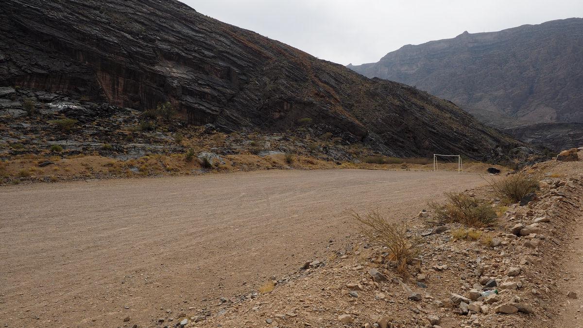 ein Fußballplatz im Niemandsland - keine Seltenheit im Oman
