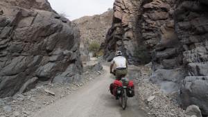 durch ein wildes Flussbett Richtung Wadi A'Sahtan