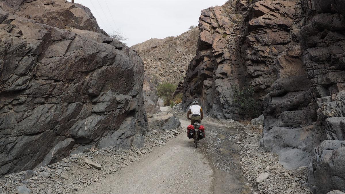 durch ein wilder Flussbett Richtung Wadi A'Sahtan