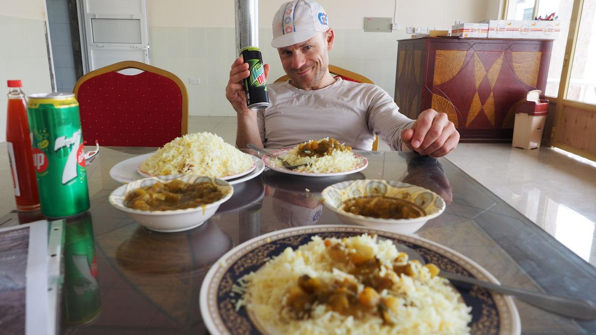 überglücklich über eine riesen Portion Reis und eine kühle Limo