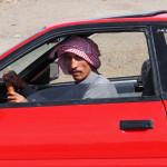 stolzer Omani in rotem Sportwagen - wollte unbedingt fotografiert werden