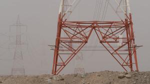 Strommasten auf der Strecke von Lihban nach Saham