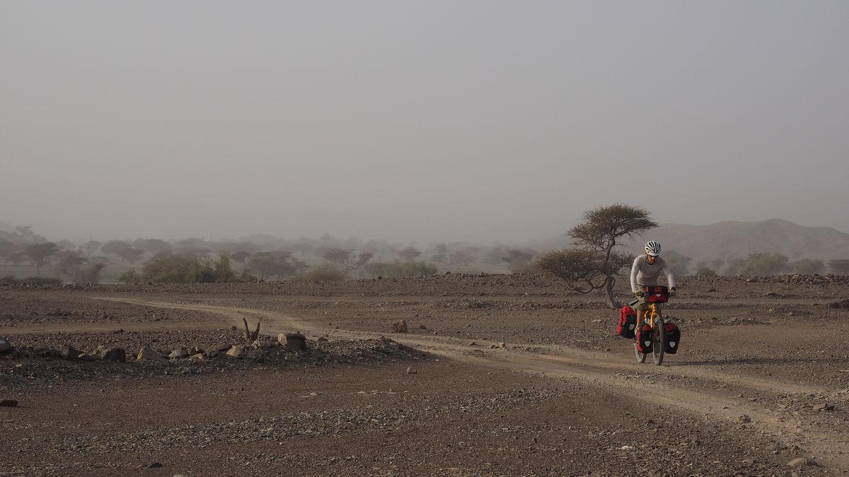 Schotterpiste entlang des Wadi As Sarmi