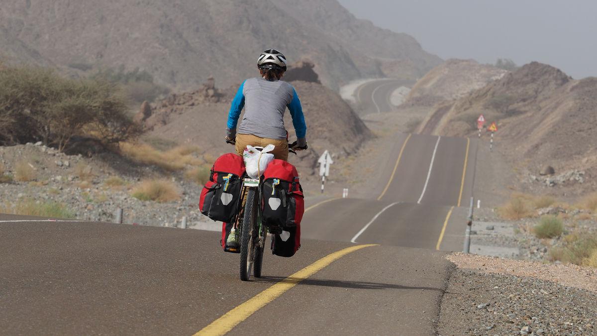 einsame Straße entlang des Wadi As Sarmi
