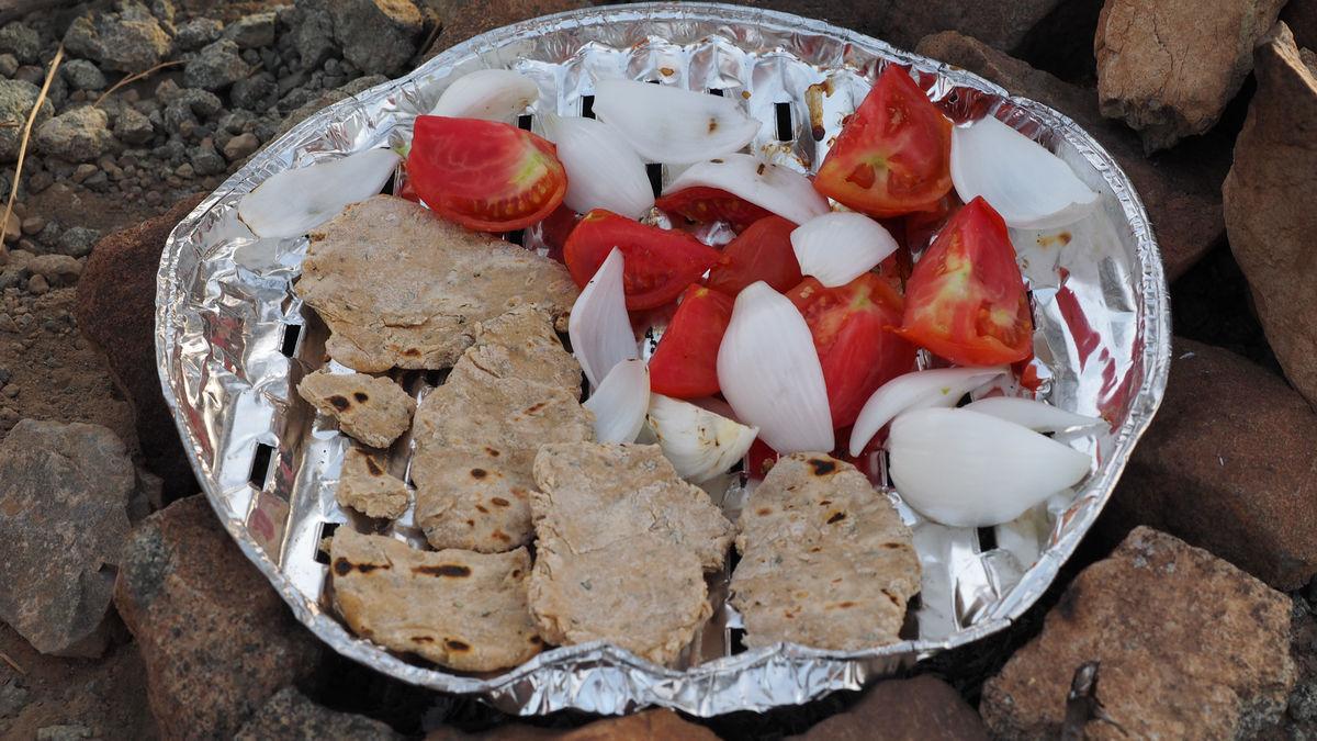 selbstgebackene Fladenbrote und gegrilltes Gemüse