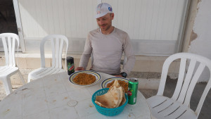 super lecker: Bohnengulasch, Chapati-Brote und kalte Limo