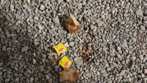 die Teebeutel werden vom Inhaber am Boden vor dem Lokal entsorgt