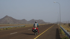wir rollen gemütlich die ersten 20km nach Mahdah
