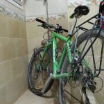 unsere Räder haben in der großen Dusche fein Platz