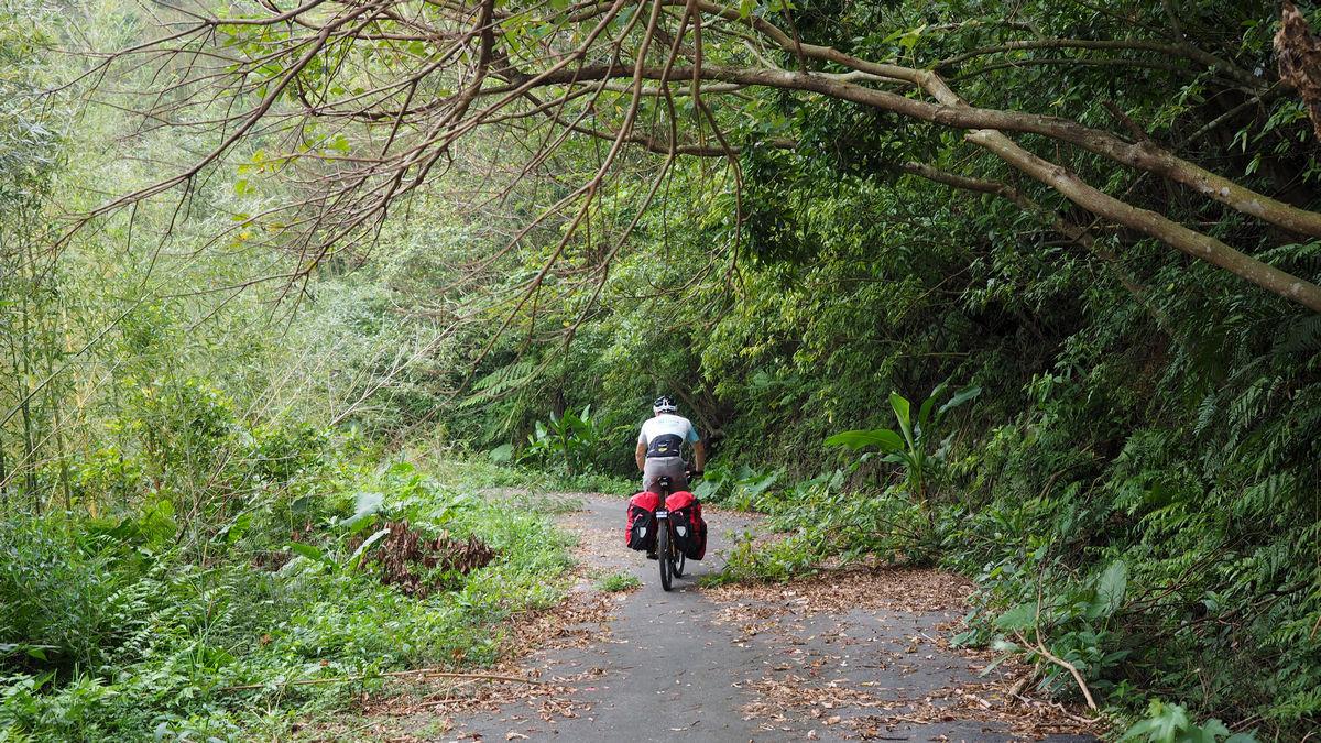 auf schmaler, einsamer Straße unterwegs von Taipeh nach Taoyuan