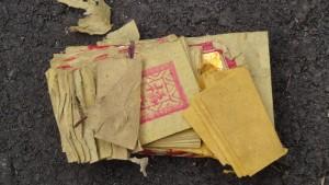 Platz 1 beim Straßenabfall: buddhistische Gebetsbücher