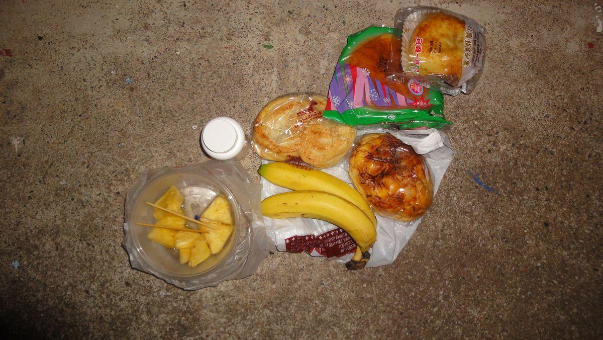typisches 1. Frühstück: abgepackter Kuchen und Obst