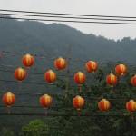 oft zieren bunte Lampions das Straßenbild