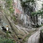 in hohe Felswände gemeißelte Schriftzeichen