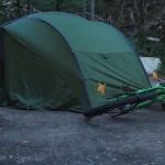 Betonboden: unser Zelt mit Hilfer der Räder abgespannt