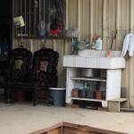 typisch: zur Straße hin offener Laden mit Waschbecken