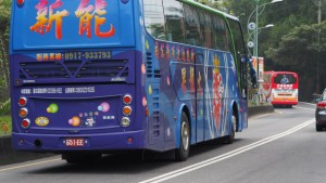 bunte Reisebusse am Weg zum Sun Moon Lake