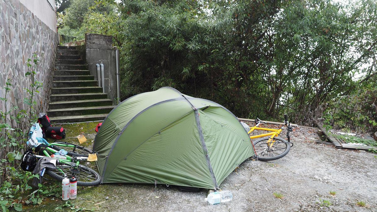 unser Schlafplatz hinter der Police Station in Cuifeng in 2.300m Höhe