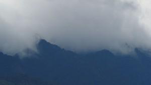 dunkle Wolken über dem Bergland