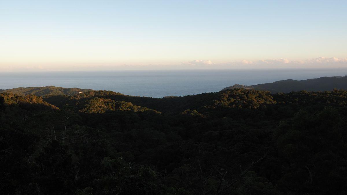 Blick aus dem bergigen Shiuhai Grassland Recreation Park Richtung Küste