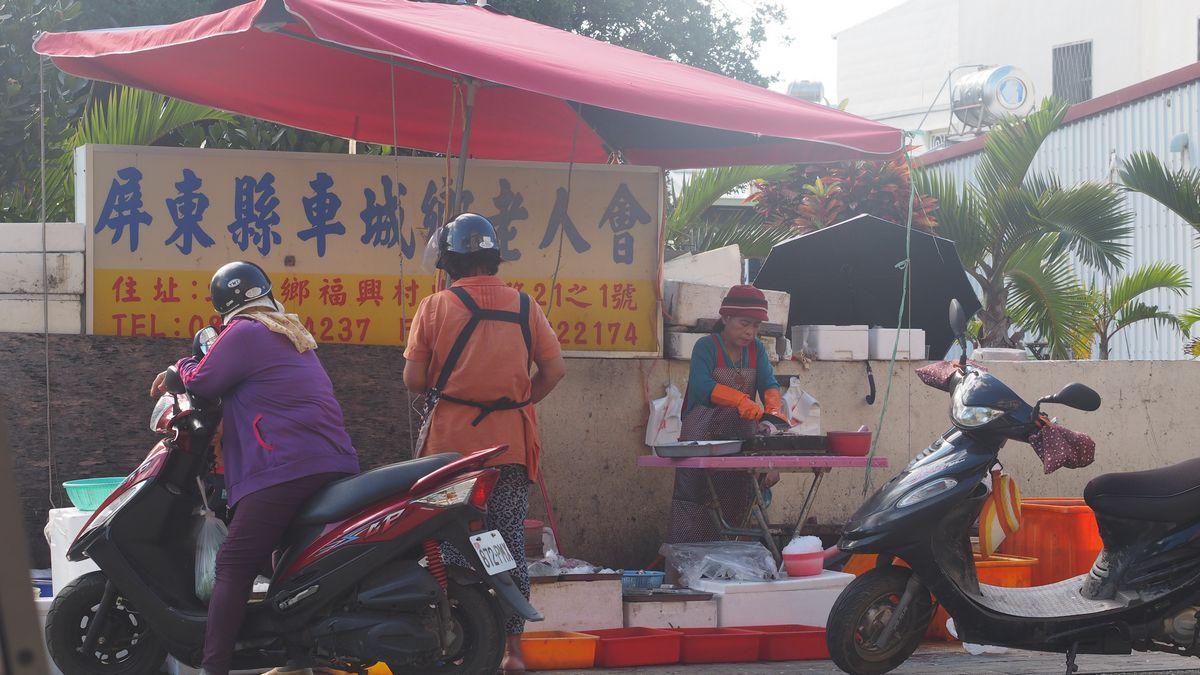 Fischverkäuferin gegenüber von unsrem Frühstückslokal in Checheng