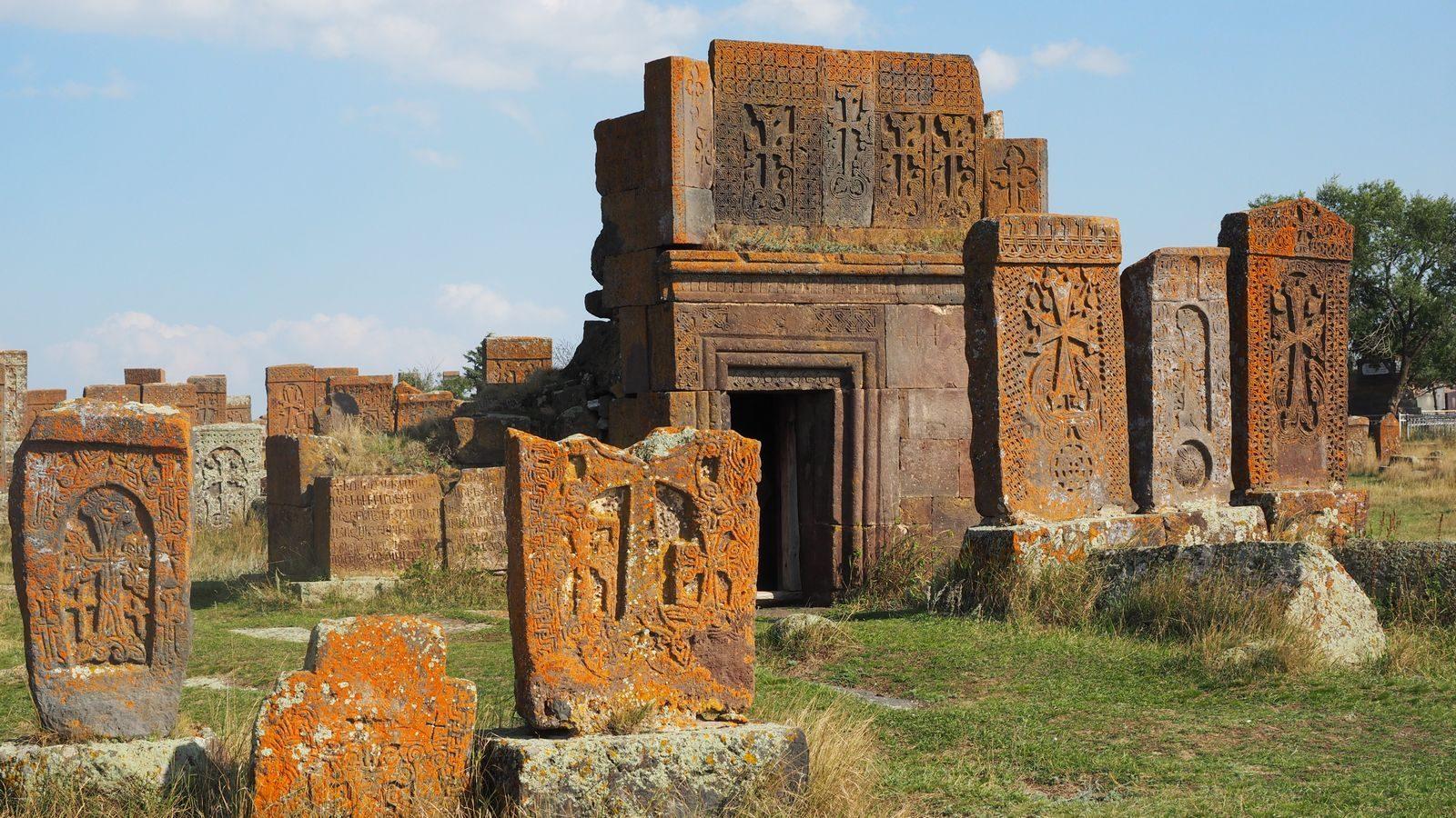 Radreise Armenien - Kreuzsteine am Friedhof von Noratus